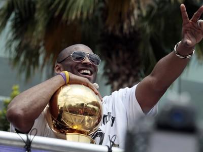 Kobe Bryant s majstrovskou trofejou