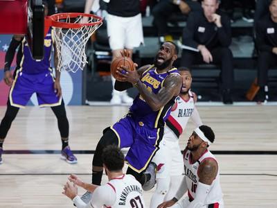 LeBron James zakončuje na kôš Portlandu
