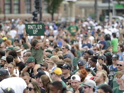 Bucks oslavovali s fanúšikmi v uliciach Milwaukee