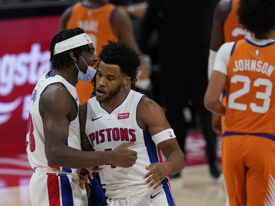 Basketbalisti Detroitu Isaiah Stewart a Saddiq Bey
