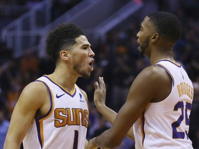 Devin Booker a Mikal Bridges