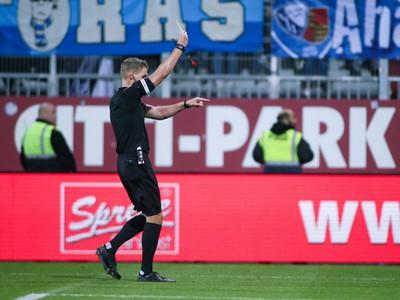 Timo Gerach odpískal kurióznu penaltu