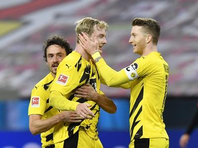 Julian Brandt a Marco Reus oslavujú gól Dortmundu