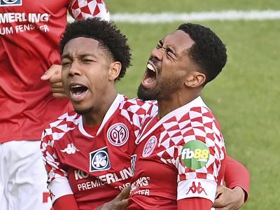 Phillipp Mwene a Jean-Paul Boetius oslavujú gól Mainzu