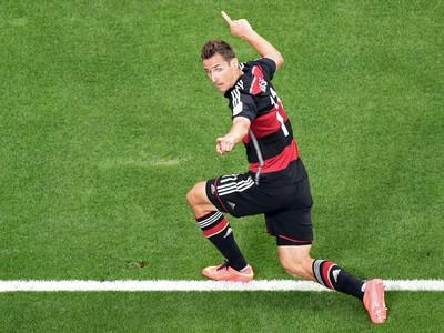 Miroslav Klose oslavuje rekordný 16. gól na MS