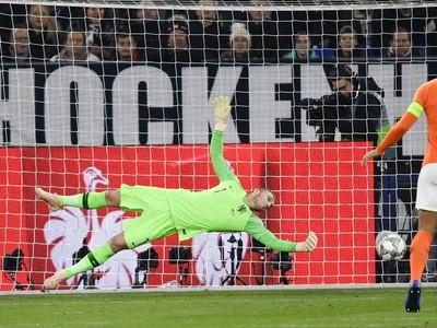 Na snímke vľavo brankár Holandska Jasper Cillessen inkasuje druhý gól