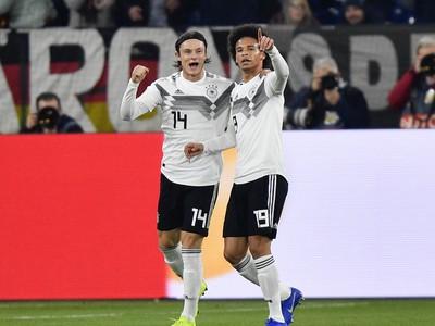 Na snímke vpravo hráč Nemecka Leroy Sane oslavuje svoj gól