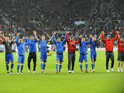 Slovenskí futbalisti ďakujú divákov