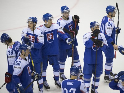 Smutní slovenskí hokejisti po prehre 2:3 s Nemeckom