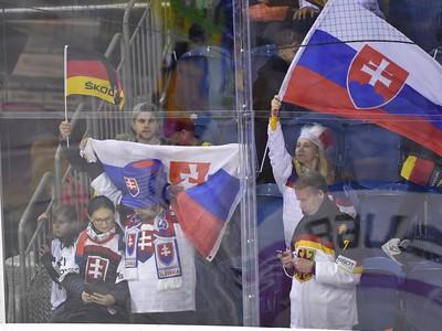 Na snímke slovenskí fanúšikovia povzbudzujú hokejistov
