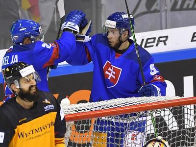Na snímke bratia Jakub Sukeľ (vľavo) a Matúš Sukeľ (Slovensko) sa tešia z gólu