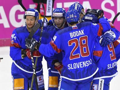Na snímke slovenskí hokejisti sa tešia po strelení vyrovnávajúceho gólu na 2:2