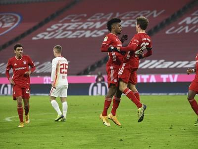 Thomas Muller a Kingsley Coman oslavujú vyrovnávajúci gól Bayernu