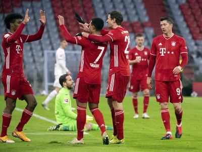 Kingsley Coman, Serge Gnabry, Thomas Muller, Joshua Kimmich a Robert Lewandowski oslavujú gól Bayernu