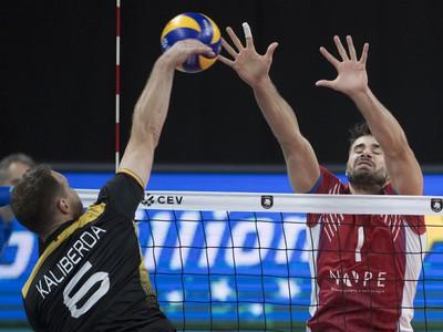 Na snímke vpravo Peter Michalovič (Slovensko) a Deny Viktorovič Kaliberda (Nemecko) v zápase B -skupiny na ME vo volejbale mužov Slovensko - Nemecko