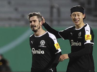 Fin Bartels a Jae-sung Lee oslavujú gól Kielu