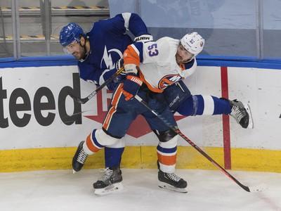 Luke Schenn z Tampy Bay v dramatickom súboji s Caseym Cizikasom z New Yorku Islanders.