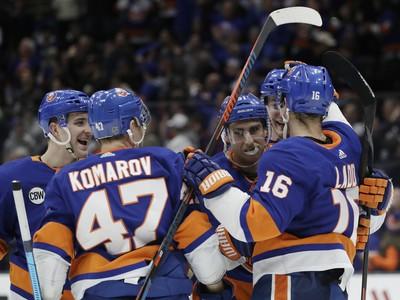 Hráči New Yorku Islanders oslavujú gól