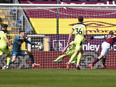 Martin Dúbravka inkasuje gól od českého reprezentanta Matěja Vydru