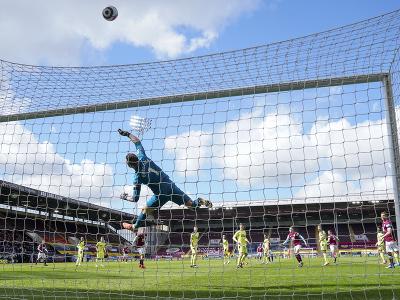 Slovenský futbalový brankár v drese Newcastle United Martin Dúbravka (uprostred) vyráža loptu