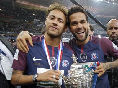 Na snímke hráči PSG Neymar (vľavo) a Dani Alves počas osláv zisku Francúzskeho pohára