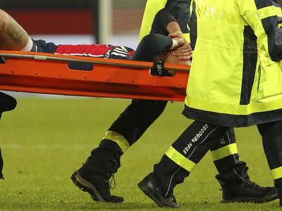 Neymar opustil ihrisko na nosidlách s bolestivou grimasou