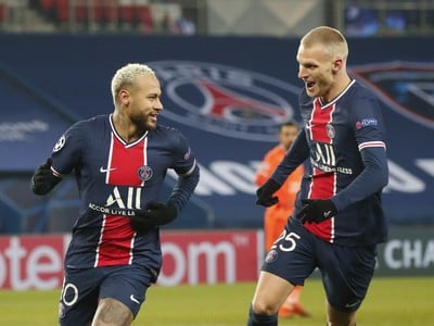 Neymar a Mitchel Bakker oslavujú gól PSG