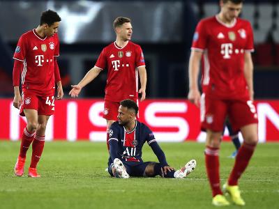 Neymar na trávniku medzi hráčmi Bayernu