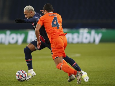 Hráč PSG Neymar (vľavo) bojuje o loptu s Rafaelom z Basaksehiru
