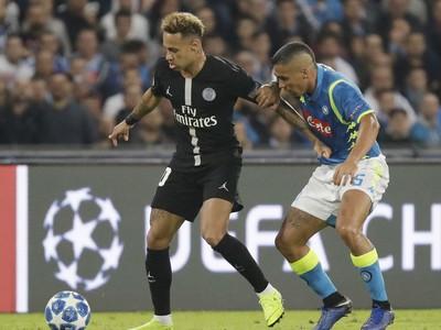 ráč PSG Neymar (vľavo) a hráč Neapola Marques Allan