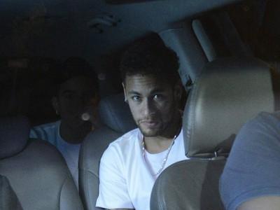 Zranený Neymar počas cesty