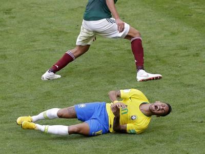 Zvíjajúci sa Neymar na