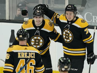 Hráči Bostonu oslavujú gól
