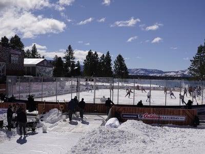 Hokejisti Colorada Avalanche a Vegas Golden Knight počas zápasu zámorskej hokejovej NHL pod holým nebom