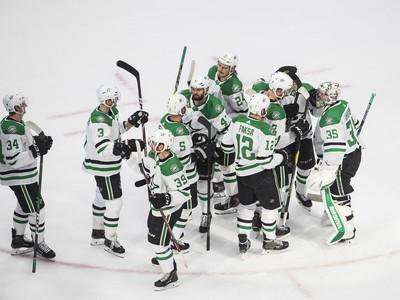 Hráči Dallasu sa radujú z prvého víťazstva nad Las Vegas