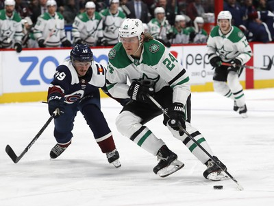 Roope Hintz s pukom na hokejke