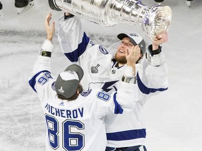 Nikita Kucherov podáva Stanley Cup Andrejovi Vasilevskijmu