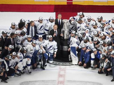 Tampa Bay na skupinovej fotografii s najcennejšou trofejou