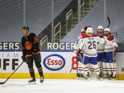 Hokejisti Montrealu Canadiens oslavujú gól