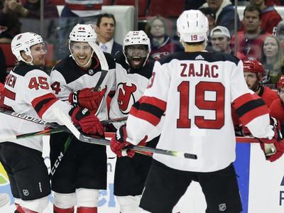 Hráči New Jersey Devils sa radujú z gólu