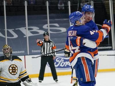 Radosť hráčov Islanders po góle do siete Jaroslava Haláka