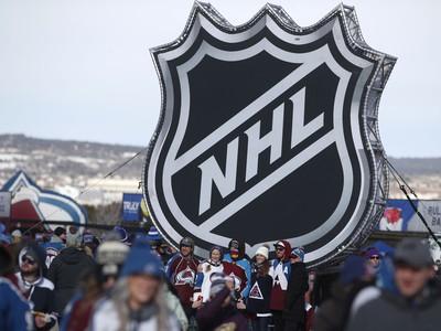 Fanúšikovia držia logo NHL