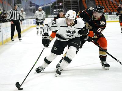 Alex Iafallo bojuje o puk s centrom Anaheimu Derekom Grantom