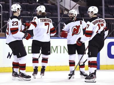 Hráči New Jersey Devils oslavujú gól