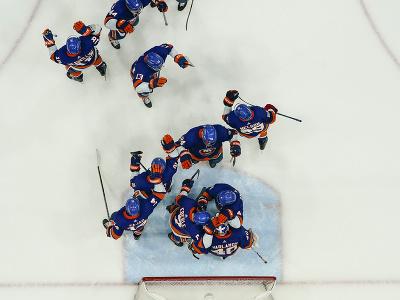 New York Islanders oslavuje po porážke Bostonu