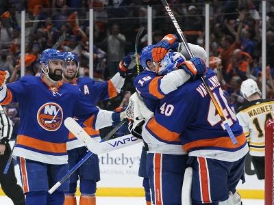 Hokejisti New Yorku Islanders oslavujú víťazstvo