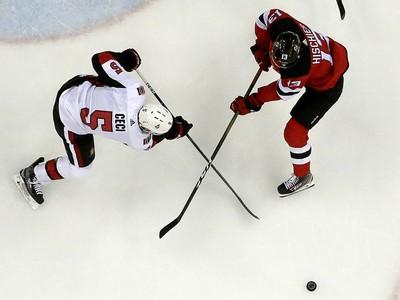 Prekrížené hokejky Codyho Ceciho a Nica Hischiera