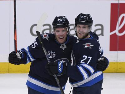 Paul Stastny (vľavo) a Nikolaj Ehlers oslavujú gól