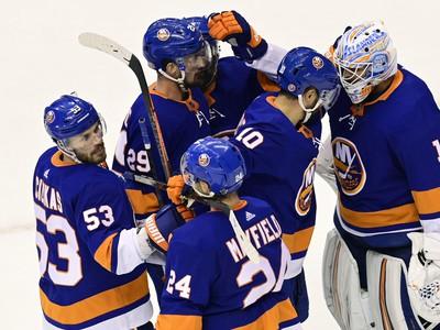 Radosť hráčov Islanders po výhre nad Philadelphiou
