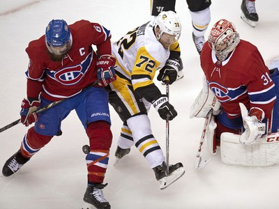 Carey Price zasahuje proti útočníkovi Penguins Patrickovi Hornqvistovi